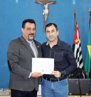 Educadores recebem o certificado de Moção de Aplauso pelo desfile cívico