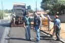 Atendendo a pedido de Pedrão da Água, prefeitura asfalta ruas do Paiol Pequeno